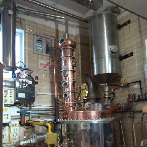 Jednokotlova destilacna kolona o objeme 500 l (po uprave) s aromaklobúkom