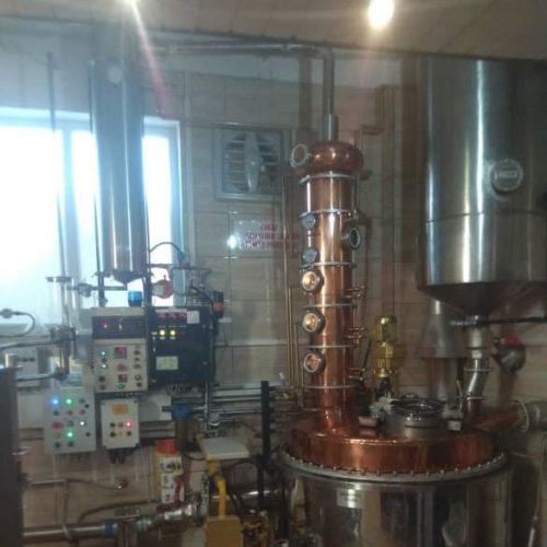Jednokotlova destilacna kolona o objeme 500 l (po uprave) s aroma klobukom